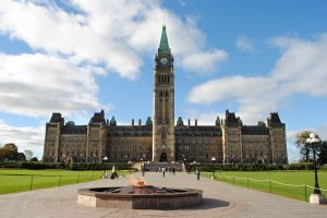 Канада постепенно возобновляет паспортные услуги
